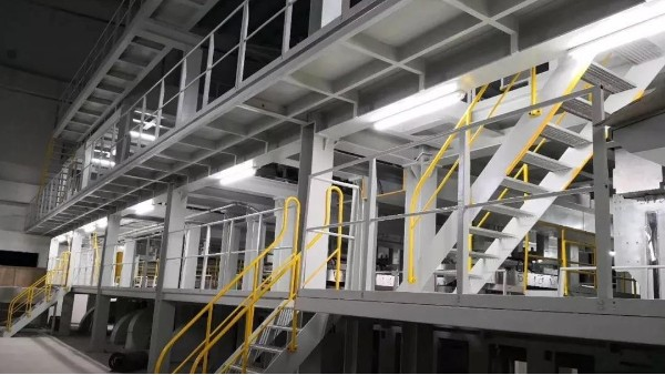 纺熔生产线上卷绕机的辅助设备